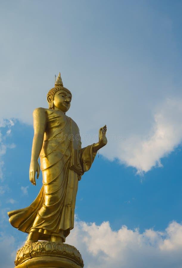 Statue d'or de Bouddha avec le ciel bleu photographie stock libre de droits