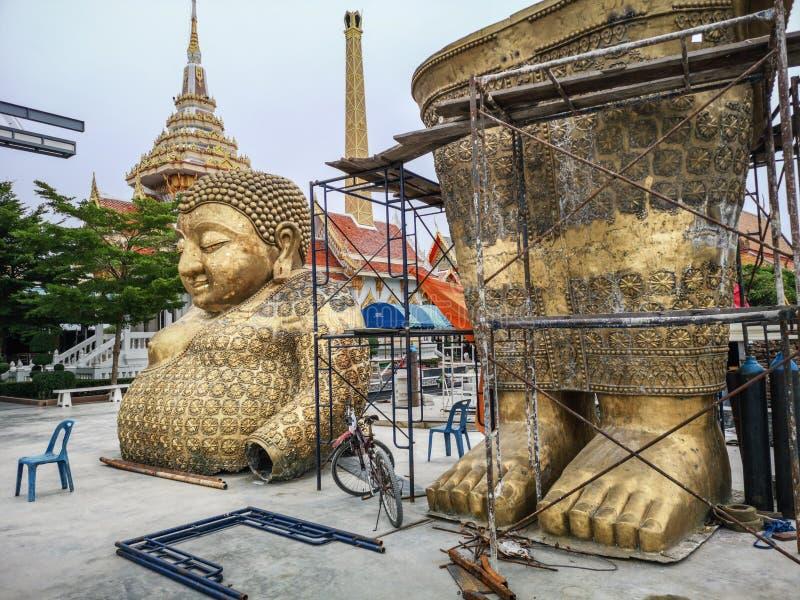 Statue d'or de Bouddha dans deux parts prêtes à être réuni dans la cour de temple bouddhiste en Thaïlande image libre de droits