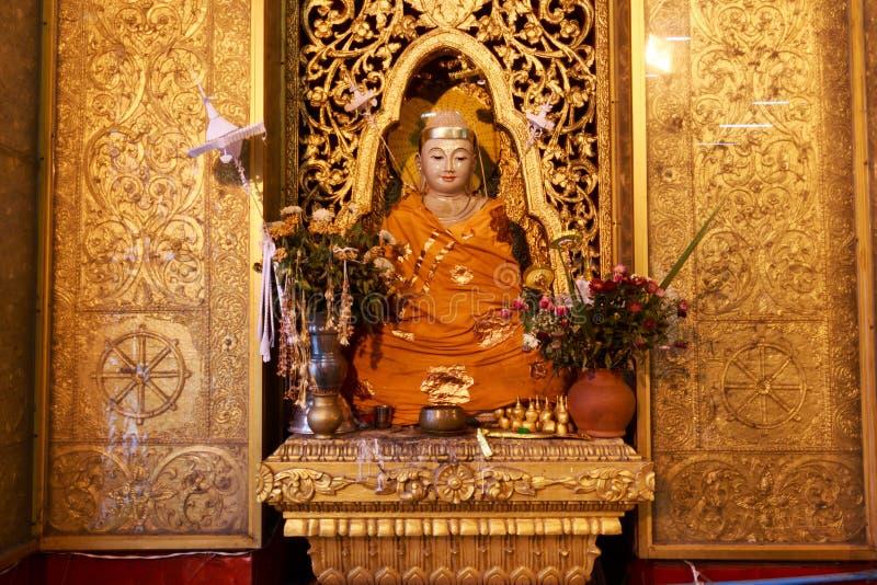Statue d'or de Bouddha dans la pagoda de paya de Botataung à Rangoon, Myanmar photographie stock