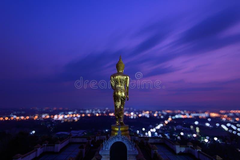 Statue d'or de Bouddha dans le temple de Khao NOI au crépuscule images libres de droits