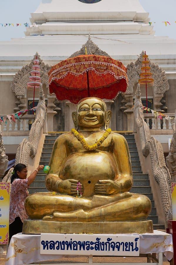 Statue d'or de Bouddha devant Wat Phra That Chedi dans Nong Khai, Thaïlande photos libres de droits