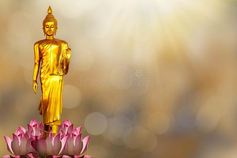 Statue d'or de Bouddha sur le lotus rose sur le dos d'or brouillé de bokeh image libre de droits