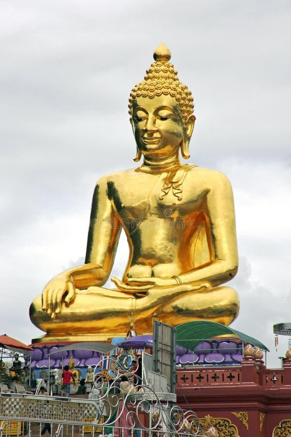 Statue d'or de Bouddha sur le Mekong, Thaïlande photos libres de droits