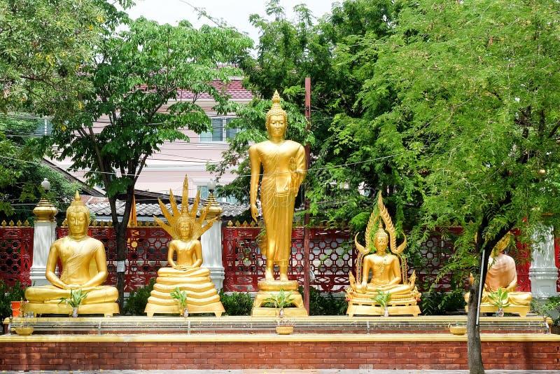 Statue d'or de buddhas dans le temple thaïlandais de bouddhisme photo stock