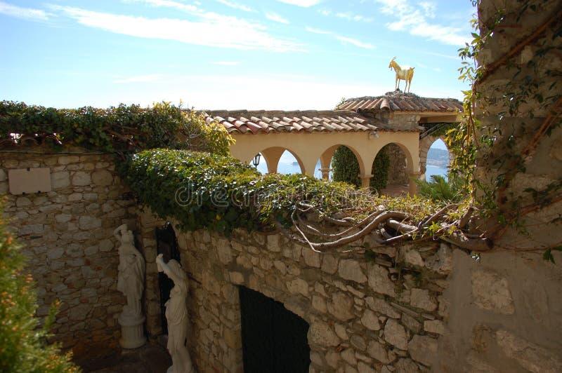 Statue d'or de chèvre dans le village d'Eze. image libre de droits