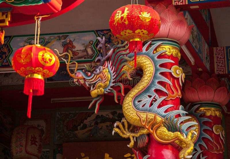 Statue d'or de dragon dans le vieux temple chinois, Mae Sot, Tak Province, Thaïlande occidentale photographie stock libre de droits