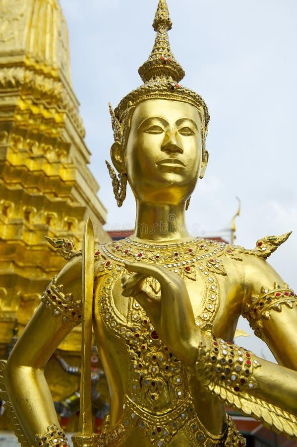 Statue d'or de kinnon (kinnaree) au palais grand Bangkok Thaïlande photo stock