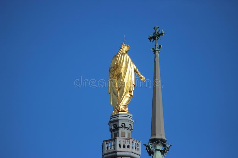 Statue d'or de Vierge Marie à Lyon, France photo libre de droits