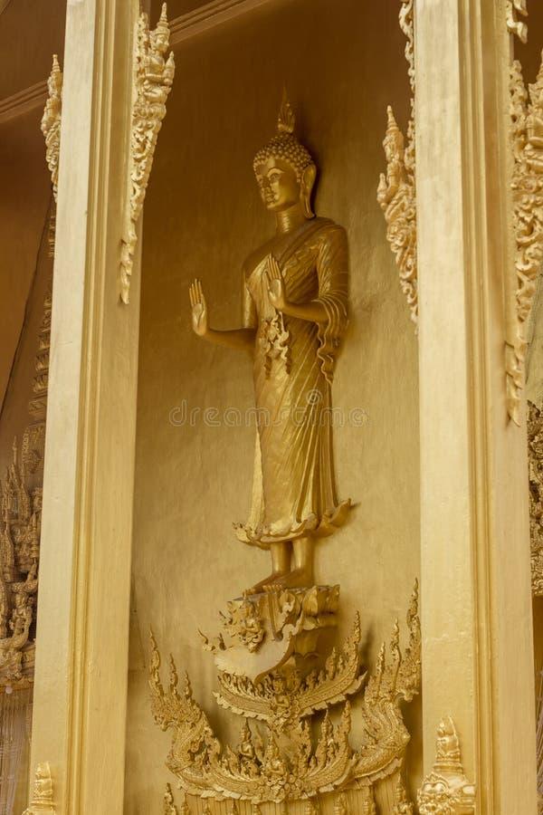 Statue d'or debout de Bouddha chez Wat Paknam Jolo, Bangkhla, province de Chachoengsao, Tha?lande photos stock