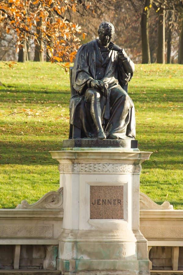Statue d'Edward Jenner dans des jardins de Kensington photo stock