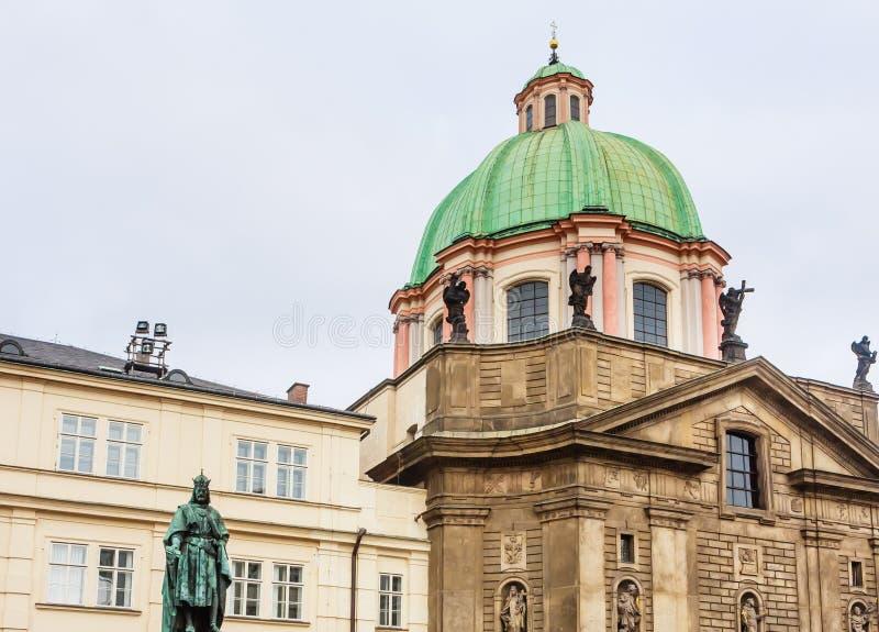 Statue d'empereur Charles IV et église catholique du St Francis images stock