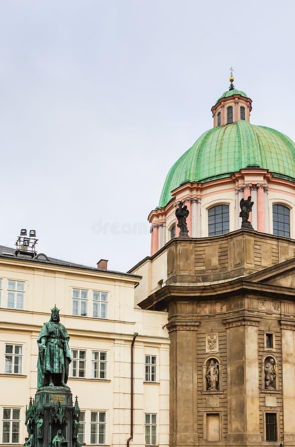 Statue d'empereur Charles IV et église catholique du St Francis image stock