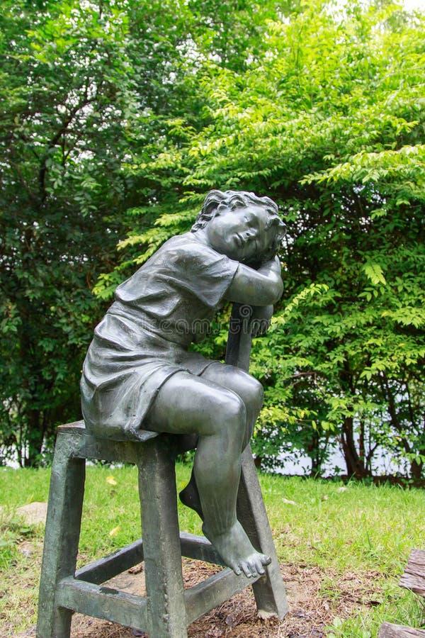 Statue d 39 enfants au jardin image stock image du isolement for Au jardin d enfant