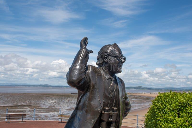 Statue d'Eric Morecambe avec le ciel bleu à l'arrière-plan image libre de droits