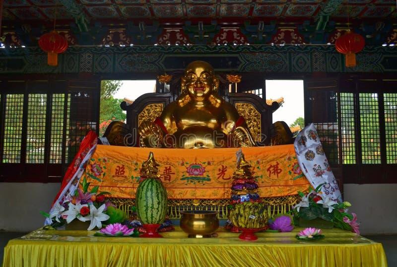 Statue d'or et offres dans le temple bouddhiste de chinois traditionnel dans Lumbini, Népal image stock