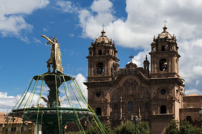 Statue d'Inca Emperor avec l'église de Compania de Jésus sur le dos dans Cuzco image libre de droits