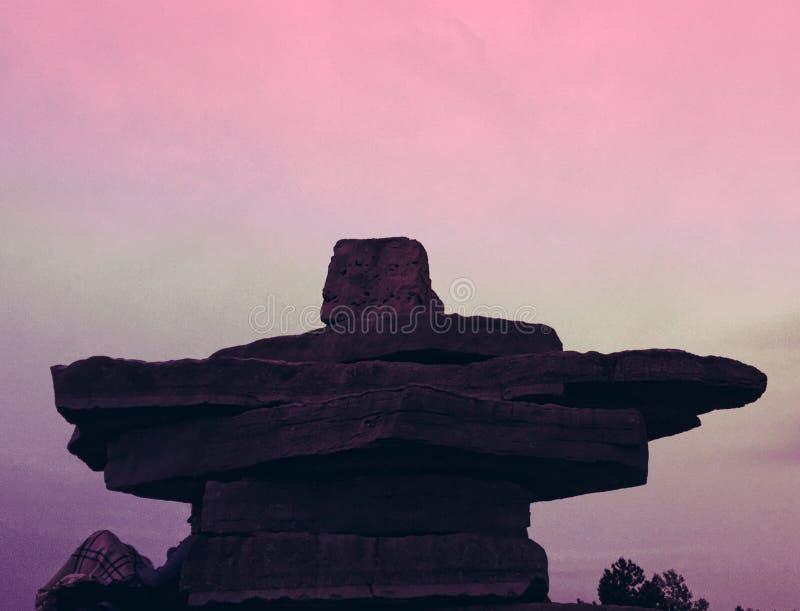 Statue d'Inukshuk en parc de point de coucher du soleil dans Collingwood, Ontario photographie stock libre de droits