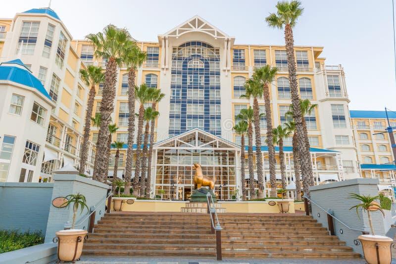 Statue d'otarie devant l'hôtel de baie de Tableau à Cape Town image libre de droits