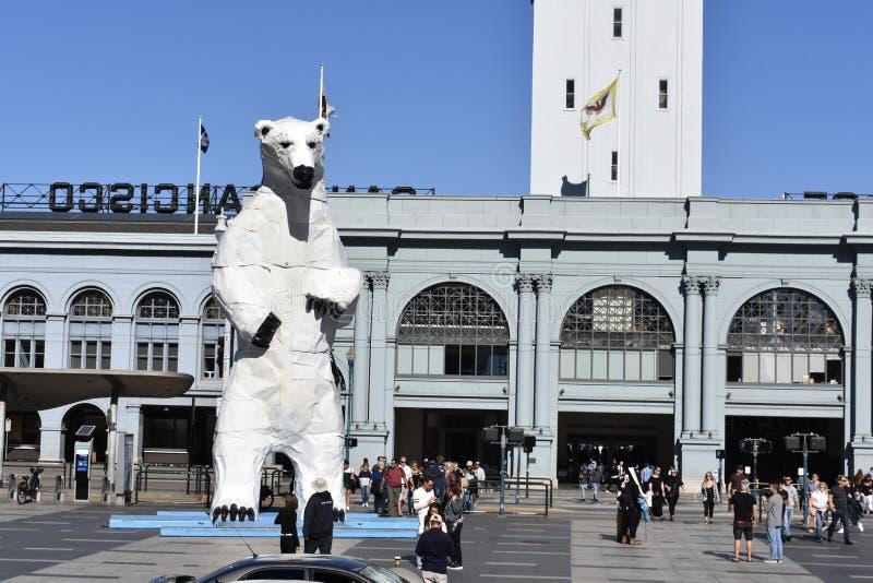 Statue d'ours blanc des capots de voiture photographie stock libre de droits