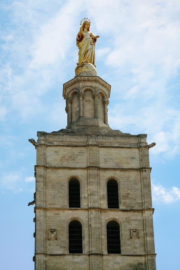 statue d'or sur la tour de cathédrale à Avignon photo stock