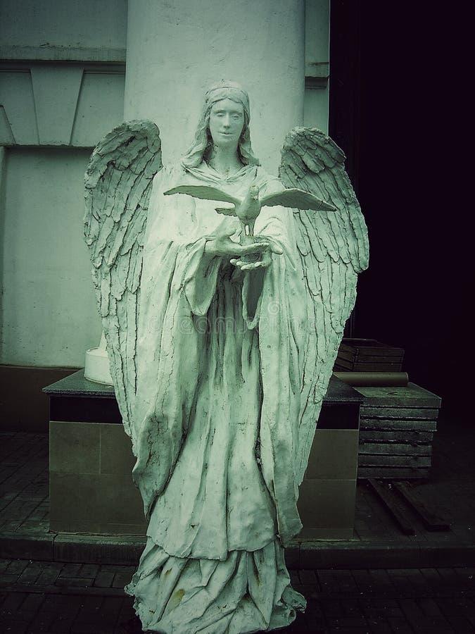 statue d'un ange avec un oiseau images stock