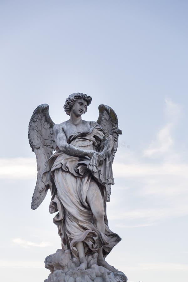 Statue d'un ange contre le ciel bleu avec des nuages sur le pont dans la ROM photos stock