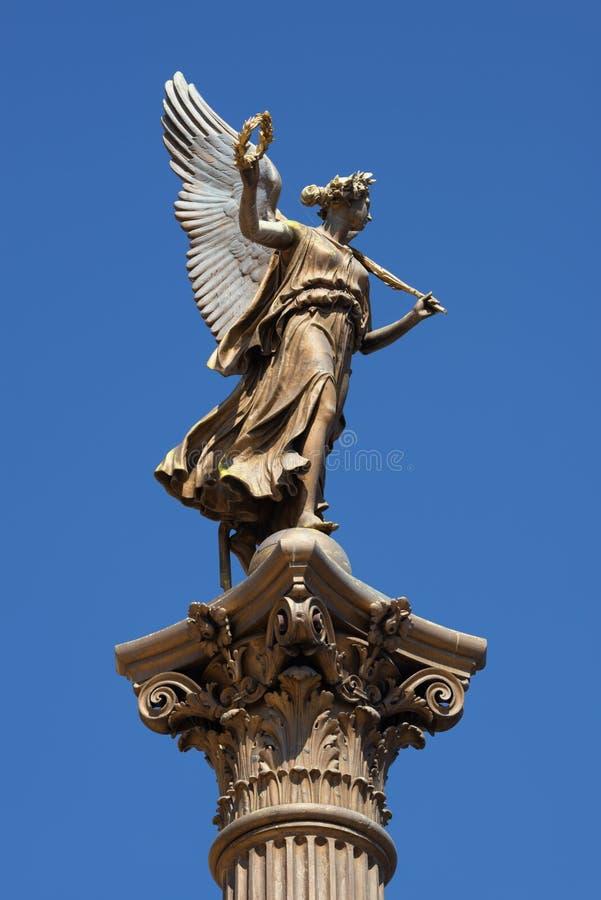 Statue d'un ange devant la salle de concert de Rudolfinum à Prague photos libres de droits