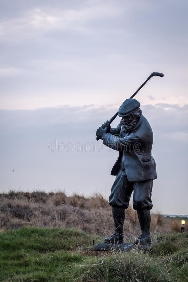 Statue d'un golfeur avec le club au terrain de golf de Yas photo libre de droits