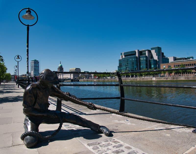 Statue d'un homme avec une corde sur la rive photo libre de droits