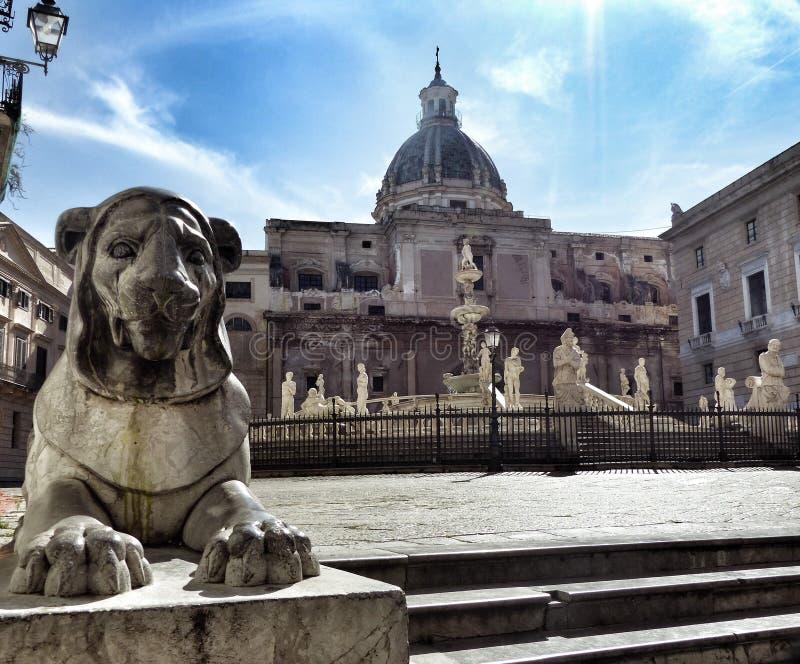 Statue d'un lion dans le premier plan près de la plaza Pretoria vers Palerme Palerme sicily l'Italie images libres de droits