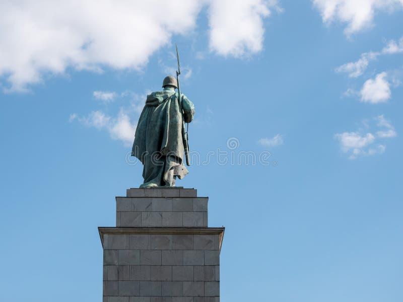 Statue d'un mémorial soviétique d'At Soviet War de soldat à Berlin-Tiergarten en été photos stock