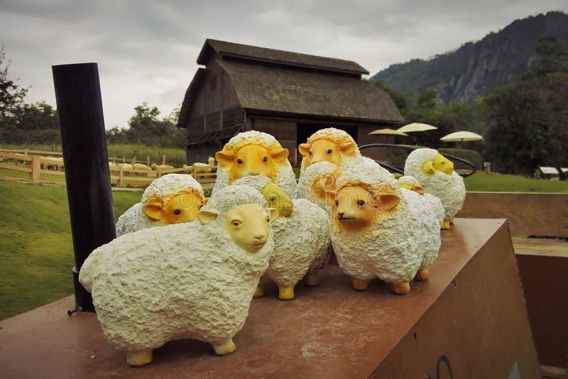 Statue d'un petit mouton blanc images libres de droits