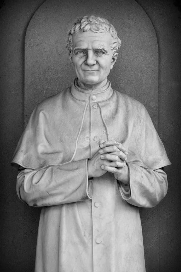 Statue d'un prêtre catholique photos libres de droits