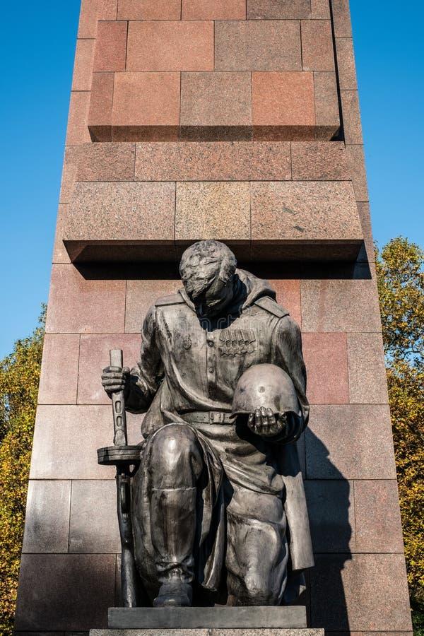 Statue d'un soldat russe au mémorial de guerre soviétique dans Berl photographie stock libre de droits