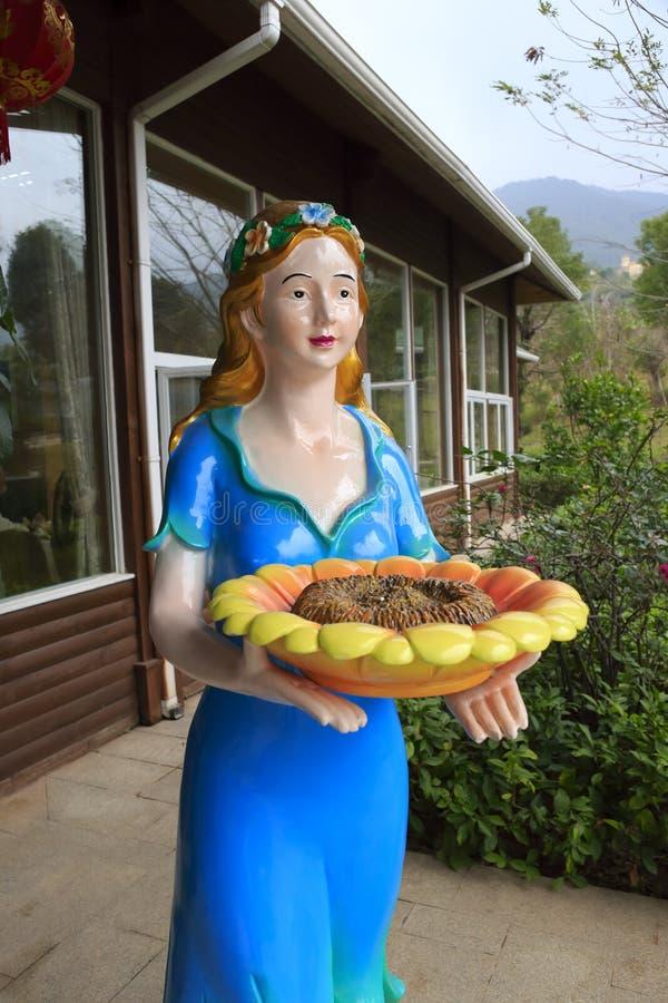 Statue d'une fille avec du pain et le sel images stock