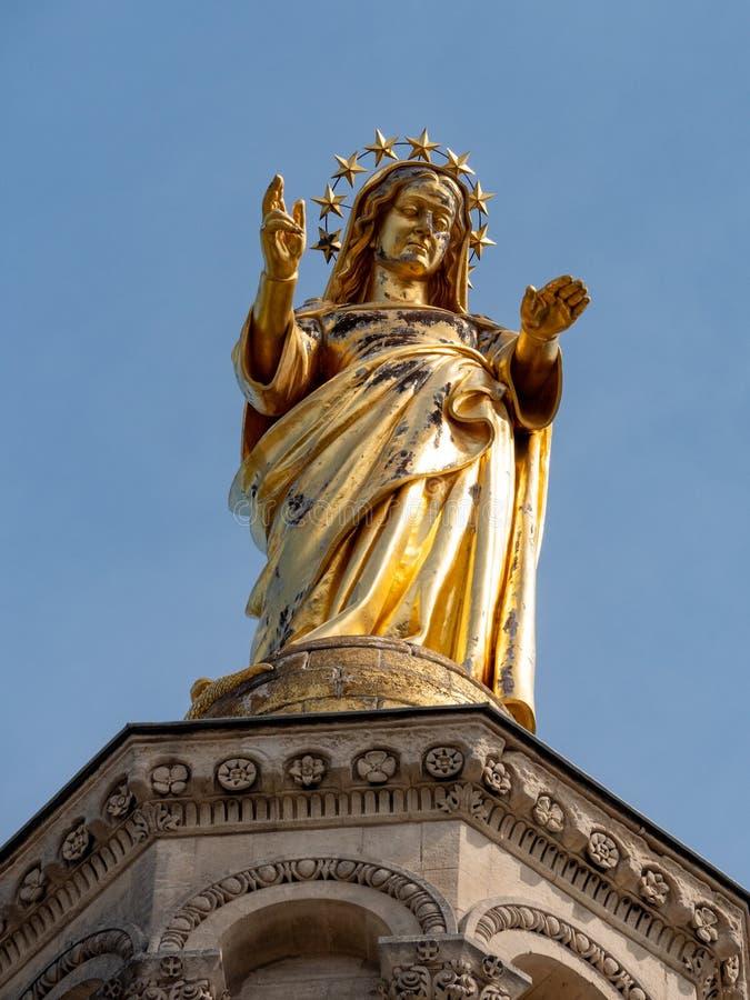 Statue dans le dessus du DES Doms de Notre-Dame de cathédrale, à Avignon, dans le département français de Vaucluse et de la Prove photographie stock