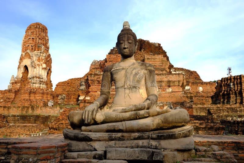 Statue davanti alla pagoda Wat Mahathat fotografia stock
