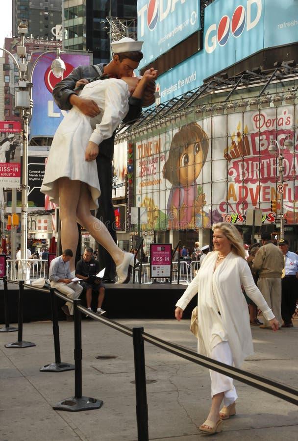 Statue de baiser de victoire dans le Times Square image stock