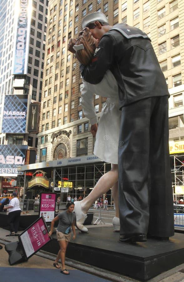 Statue de baiser de victoire dans le Times Square image libre de droits