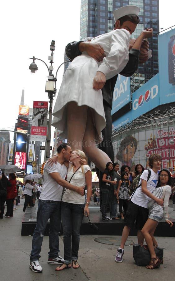 Statue de baiser de victoire dans le Times Square images stock