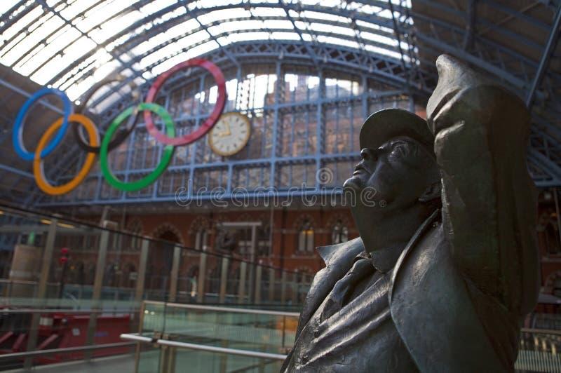 Statue de Betjeman et boucles olympiques à la rue Pancras images libres de droits
