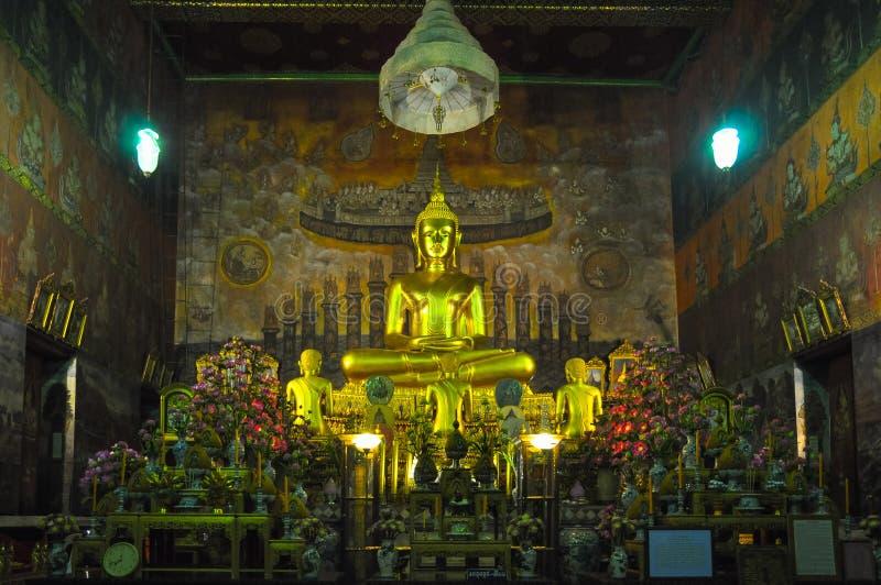 Statue de Bouddha assis dans le temple antique photo stock