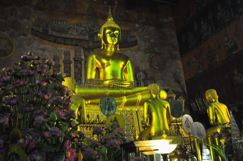 Statue de Bouddha assis dans un temple antique en Thaïlande image libre de droits