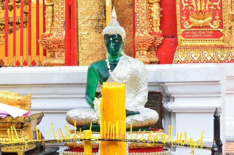 Statue de Bouddha avec la bougie photographie stock libre de droits