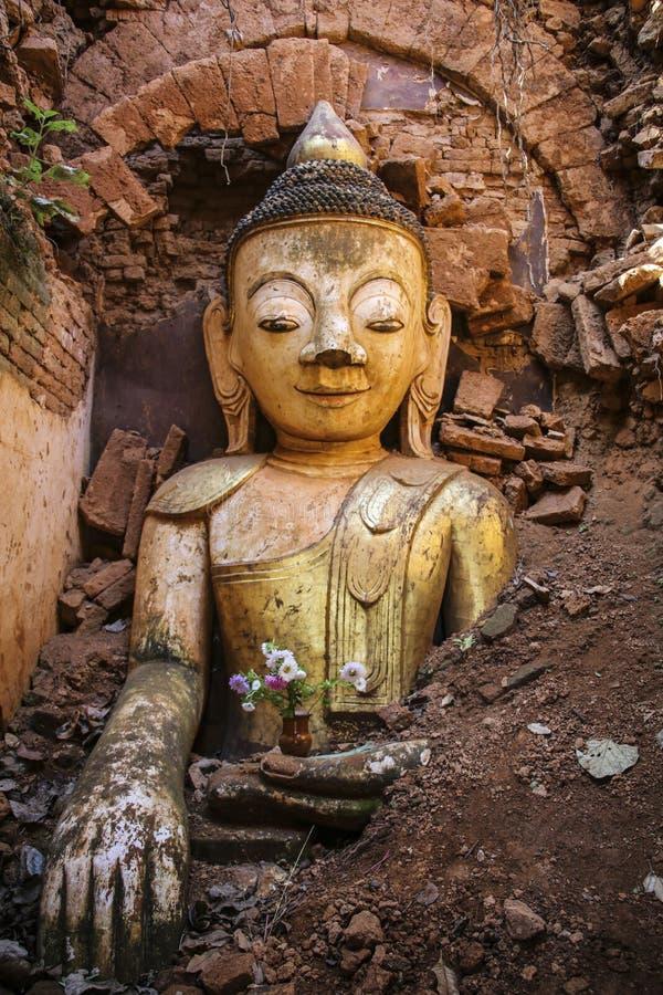 Statue de Bouddha, complexe de Dain Pagoda d'auberge de Shwe dans le village d'Indein dedans images libres de droits