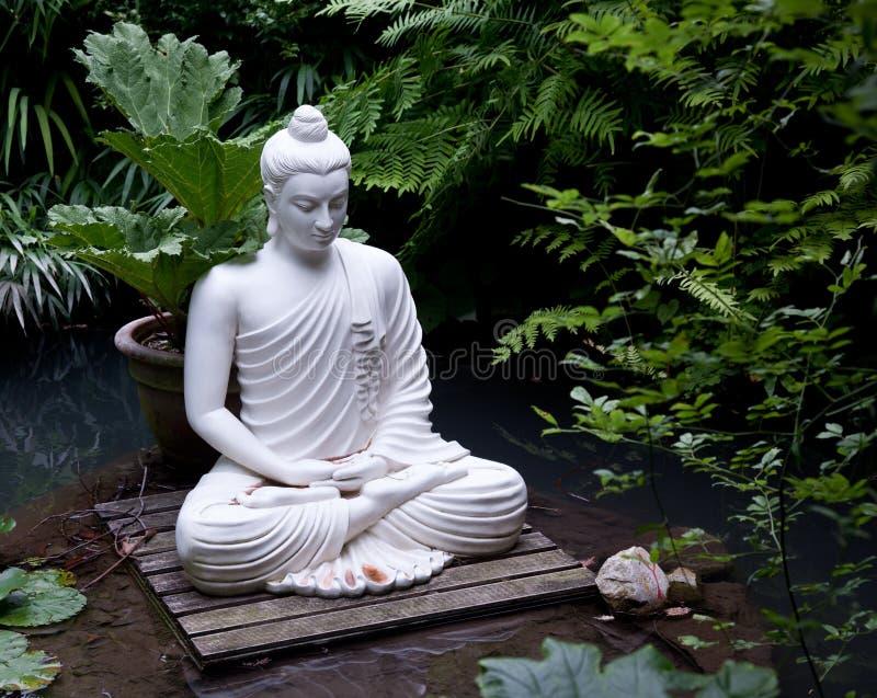 Statue de Bouddha dans l'étang photographie stock