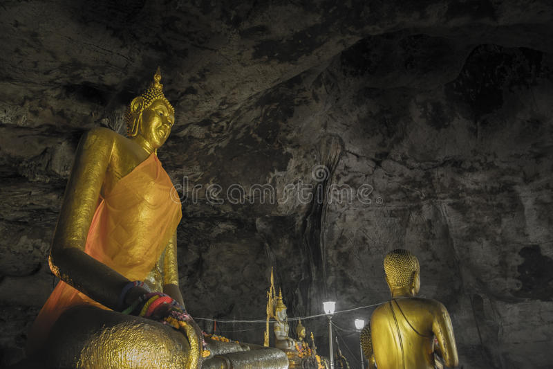 Statue de Bouddha dans le kanchanaburi de caverne de krasae photographie stock libre de droits