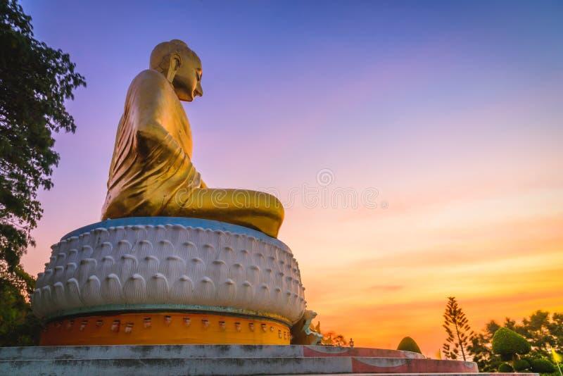 Statue de Bouddha dans le lever de soleil chez Wat Tang Sai Temple photographie stock libre de droits