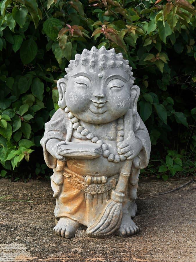 Statue de Bouddha de Japonais de sourire avec le grands collier et balai de perle images stock