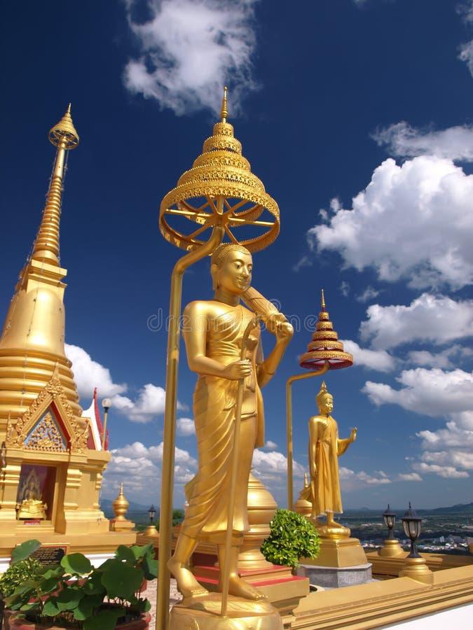 Statue de Bouddha en ciel bleu images stock